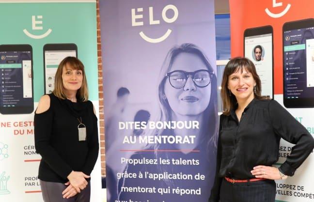 Les deux cofondatrices font fièrement la pose autour de la bannière officielle d'Élo mentorat.